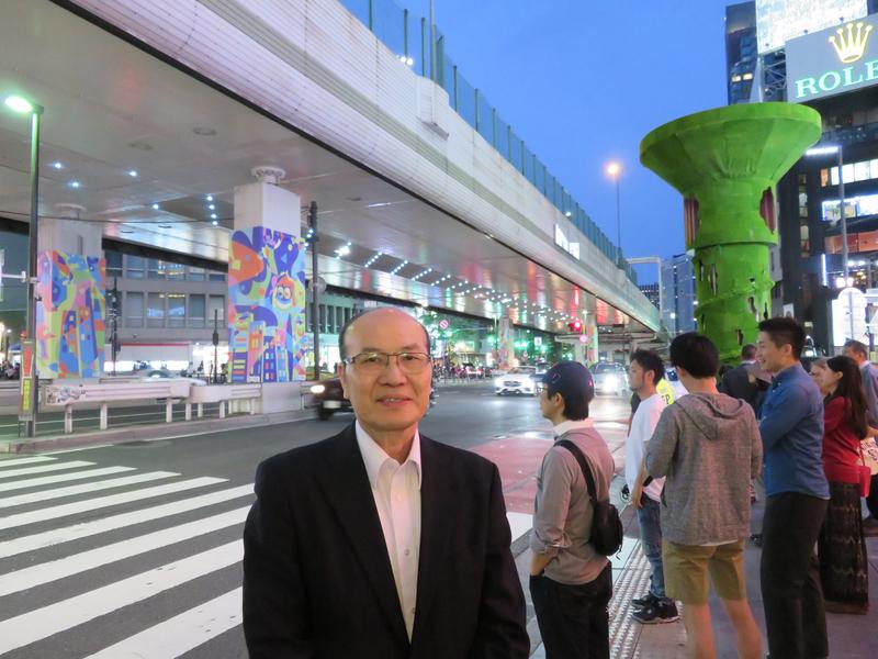 東京六本木藝術之夜登場,駐日代表處台灣文化中心主任朱文清站在台灣設計師蘇佳星作品前方受採訪表示,策展人認為這作品符合本屆主題「街道的藝術之夢」。