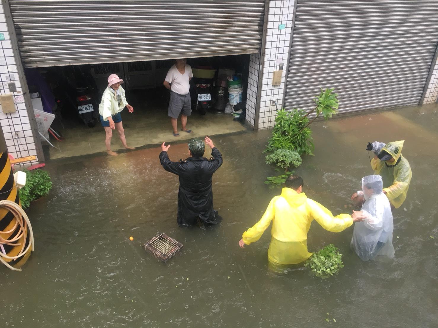 嘉義縣淹水嚴重,縣長張花冠(著白色雨衣者)關心受災民眾。