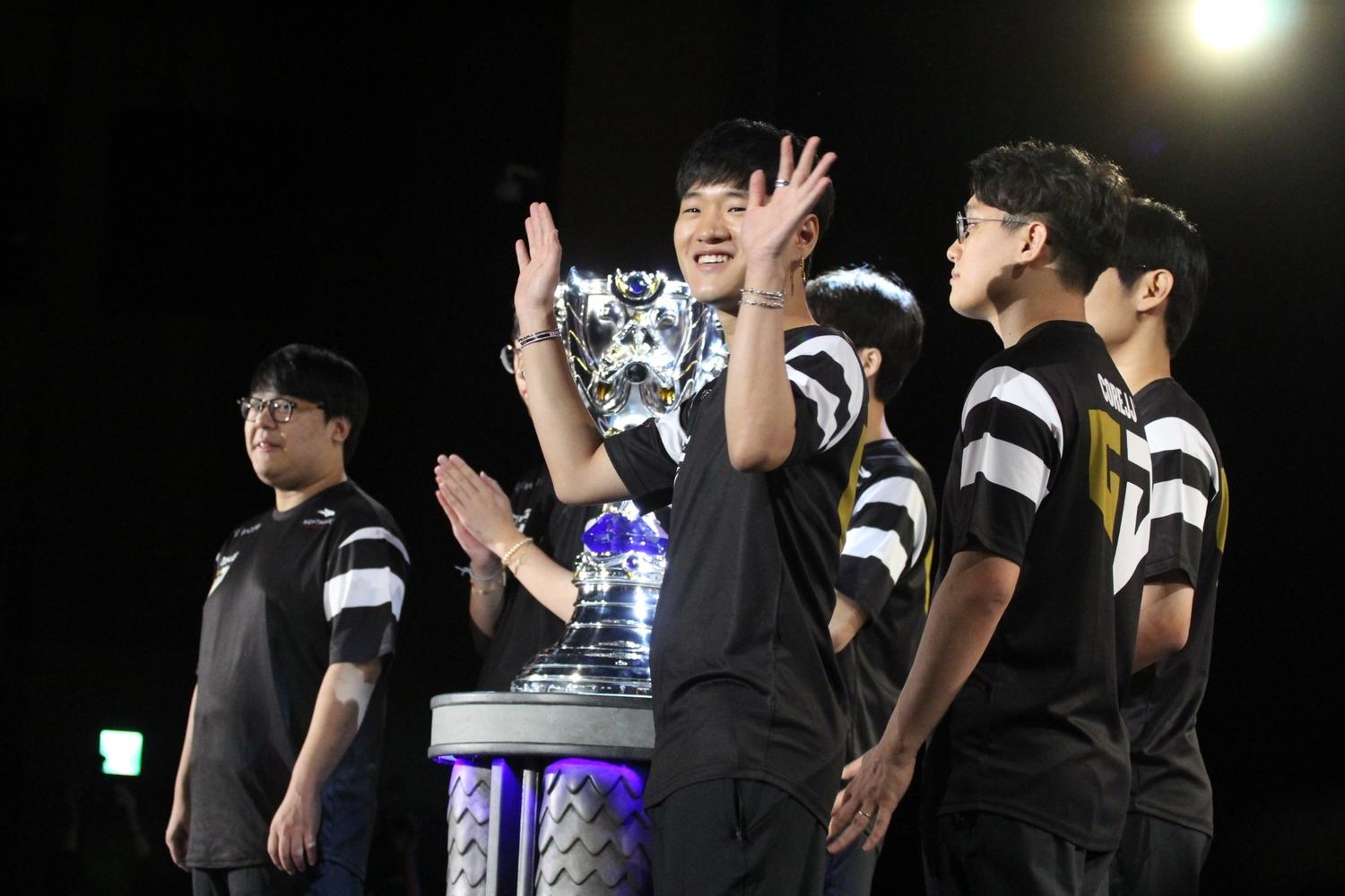 賽前儀式由GEN.G選手帶著《英雄聯盟》世界大賽冠軍獎盃出場。