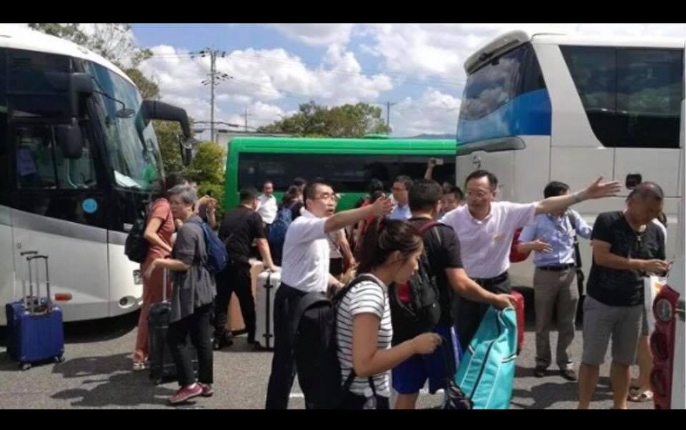 關西機場事件,中國派遊覽車到接駁點接運受困民眾,台灣駐日代表處對此毫無作為,台灣大學生對此事的PO文,卻被政府告上法院。