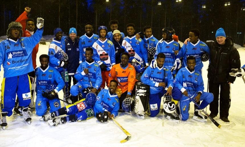 索馬利亞國家冰球隊與瑞典教練賽後合影