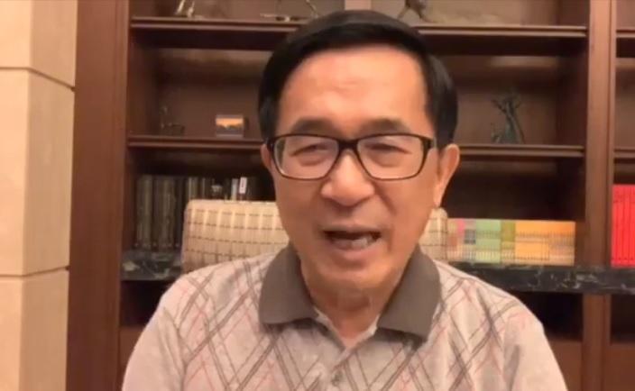在新勇哥勿語中對政局指指點點,是前總統陳水扁很重要的身心療程。