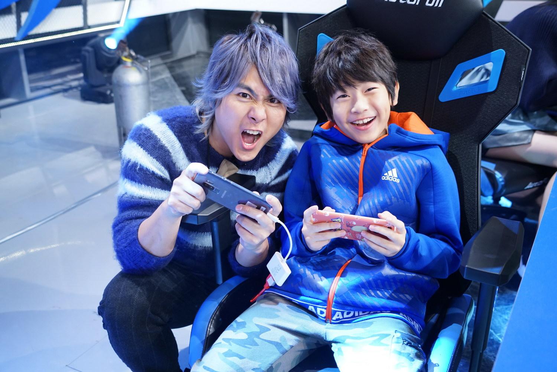 「小仁甫」YAYA(右)在家中是王仁甫打《傳說對決》的老師。