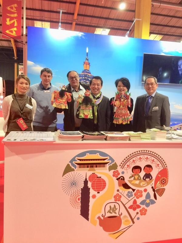 中華民國駐愛爾蘭代表處今年第9度參加都柏林國際旅遊展,25日下午由駐愛爾蘭代表楊子葆(右3)主持開幕式。   圖:駐愛爾蘭代表處提供