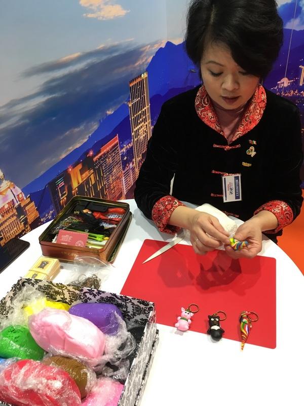 台灣館現場有捏麵人等台灣特色活動,吸引民眾目光。   圖:駐愛爾蘭代表處提供