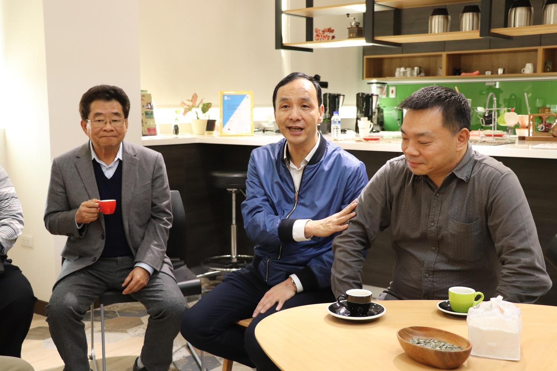 朱立倫與高思博合體為東山咖啡農媒合南台灣最大咖啡豆盤商「綠穗農產」。 圖:高思博/提供(資料照片)