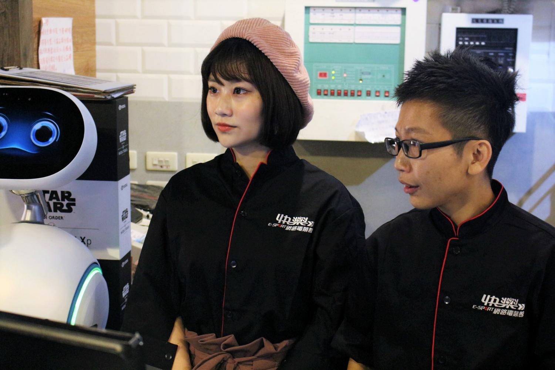 店長帶領焦凡凡體驗一日網咖店員生活。