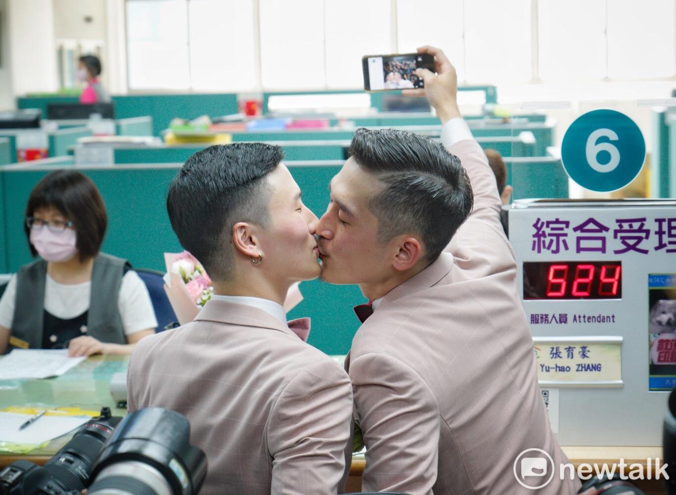 同志新人小玄(左)、小銘(右)今日登記結婚。圖:張良一 / 攝