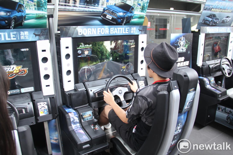 現場設有遊戲機台供玩家遊玩。