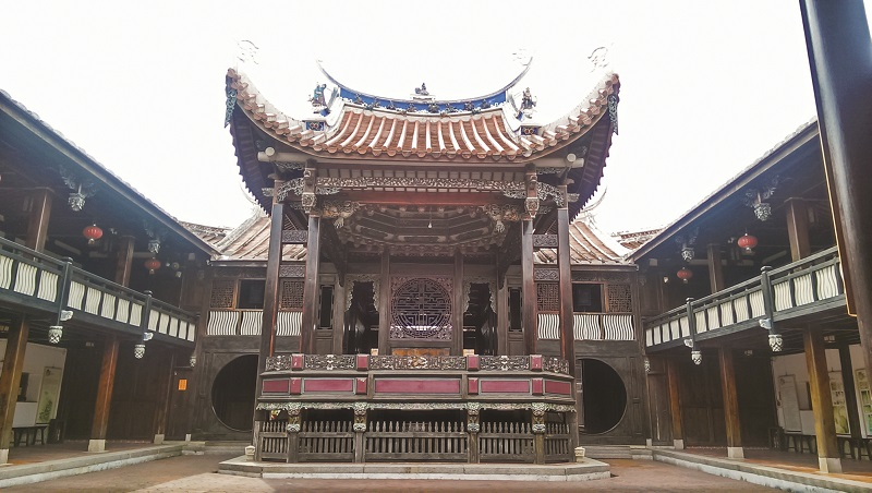 林朝棟出任官職後,霧峰林家為了公共宴席需求,自1890 年起,費時4 年的時間建成宴會廳。