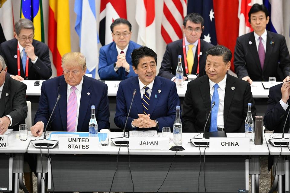 美國總統川普(前排左)與中國領導人習近平(前排右)在G20高峰會碰面,仍未解決美中貿易紛爭。
