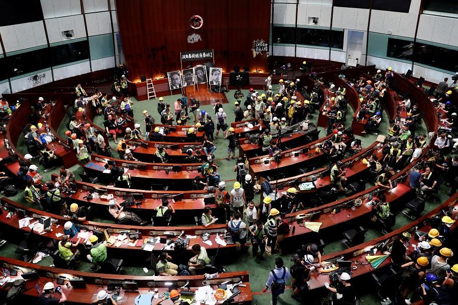 香港反送中示威者七一攻進立法會,引發國際關注。