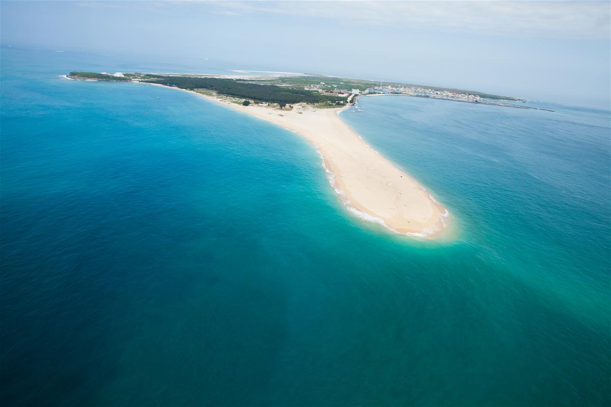 澎湖吉貝嶼有13公里長海岸線,白色沙灘與沙嘴最為人所知。圖:澎湖國家風景區官網/翻攝