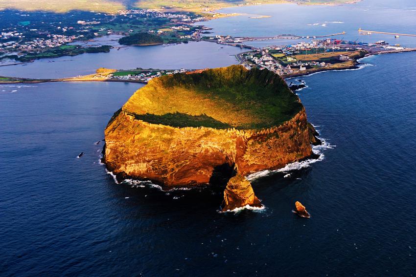 城山日出峯是熱門觀光勝地濟州島的地標。圖:翻攝自韓國觀光公社官網