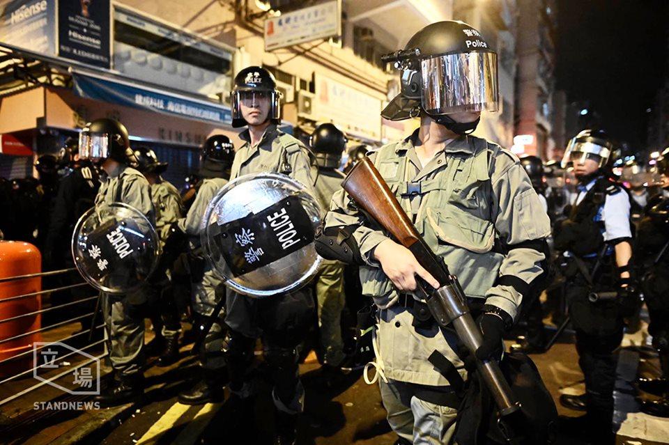 圖為香港警察持槍推進防線威嚇反送中示威者。圖:翻攝自立場新聞臉書(資料照片)