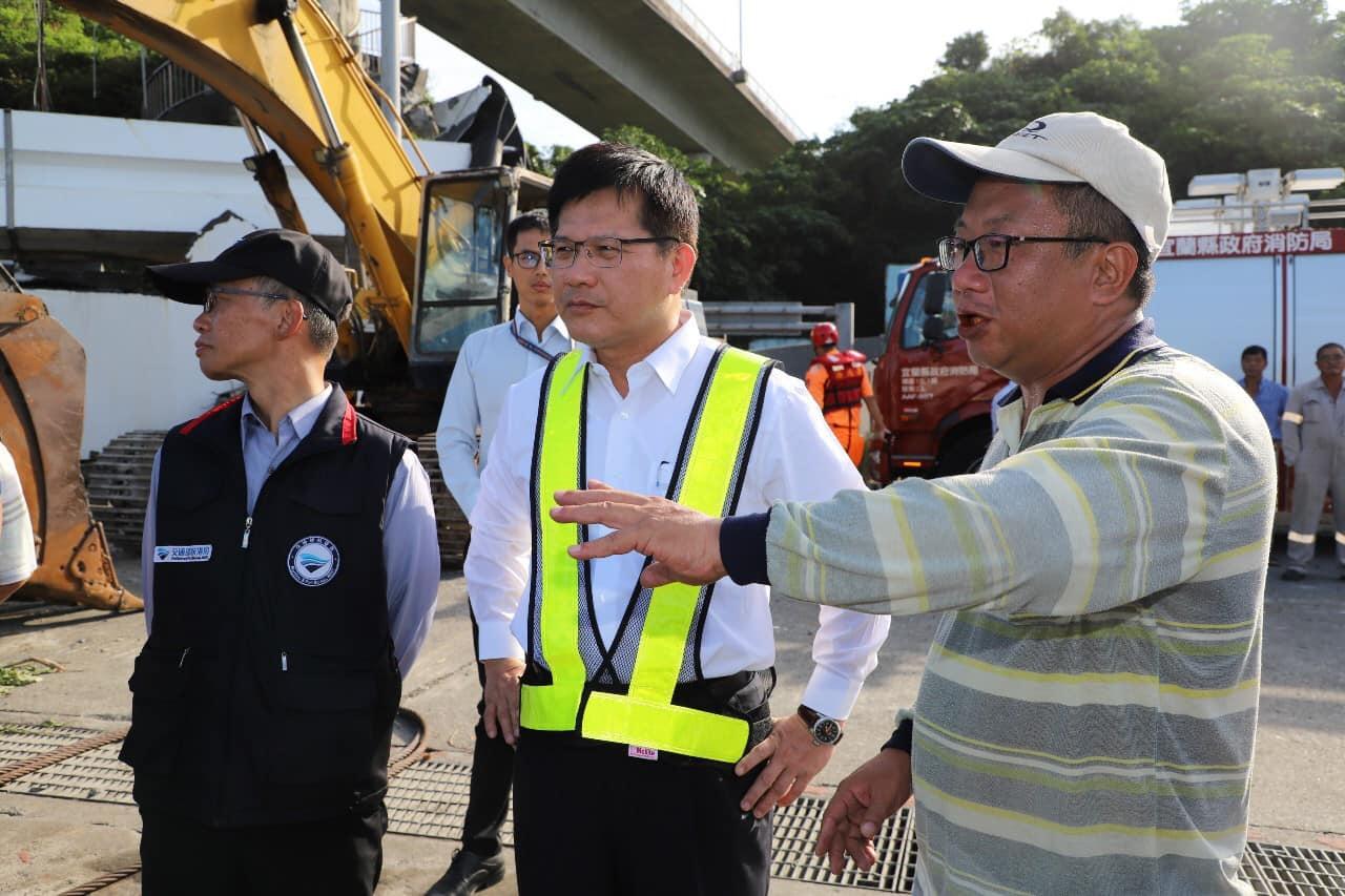 交通部長林佳龍今日上午前往南方澳搜救現場,視察作業情況。圖:翻攝自林佳龍臉書