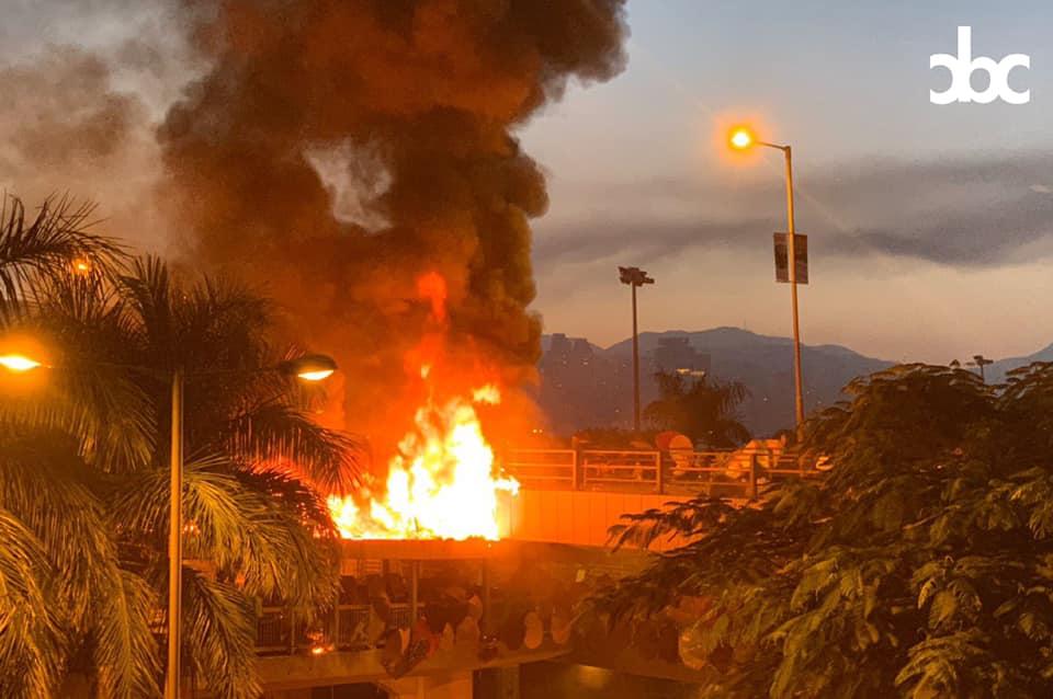 18日上午6時16分,紅隧橋連接理工大學的行人天橋起火,火勢相當猛烈,大量濃煙升上半空。圖:翻攝城市廣播 City Broadcasting Channel (CBC)臉書