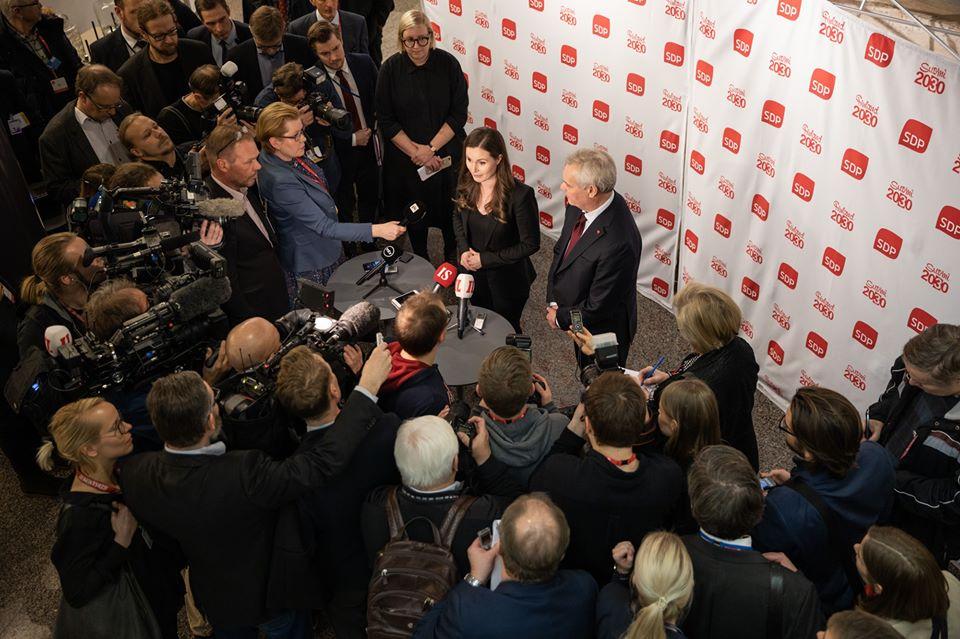 芬蘭原總理李納(被圍者右)陪同新總理馬林召開記者會,馬林強調聯合政府還有許多工作待辦。圖:翻攝自芬蘭社會黨臉書