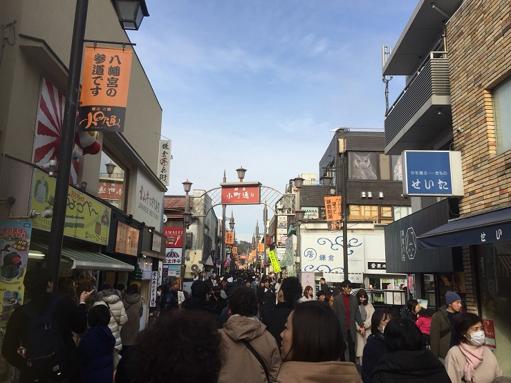 鎌倉商店街小町通在大年初一擠滿了陸客。/圖:劉黎兒攝