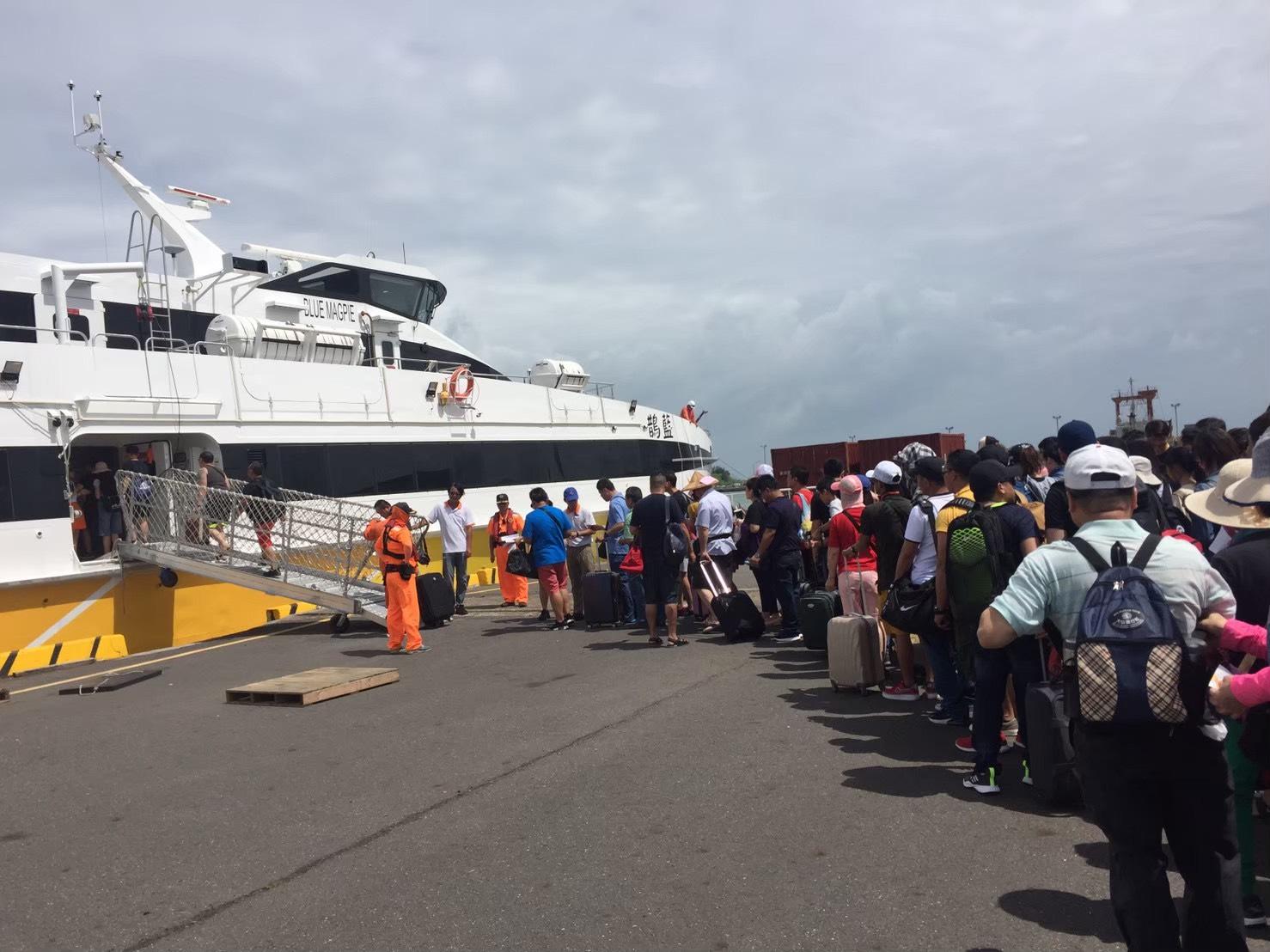 航港局表示,為了防疫考量,即日起請乘船民眾攜帶身分證件,配合船商留下聯絡資訊。 圖:航港局/提供