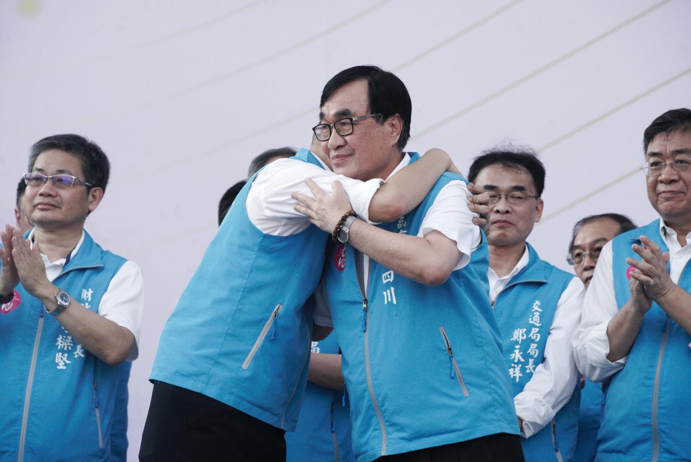 韓國瑜擁抱副市長李四川。 圖:張良一/攝