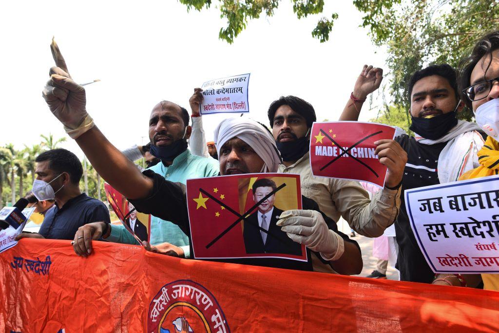 中印衝突激化,日前有不少印度民眾在當地高舉反中標語。 圖:達志影像/美聯社