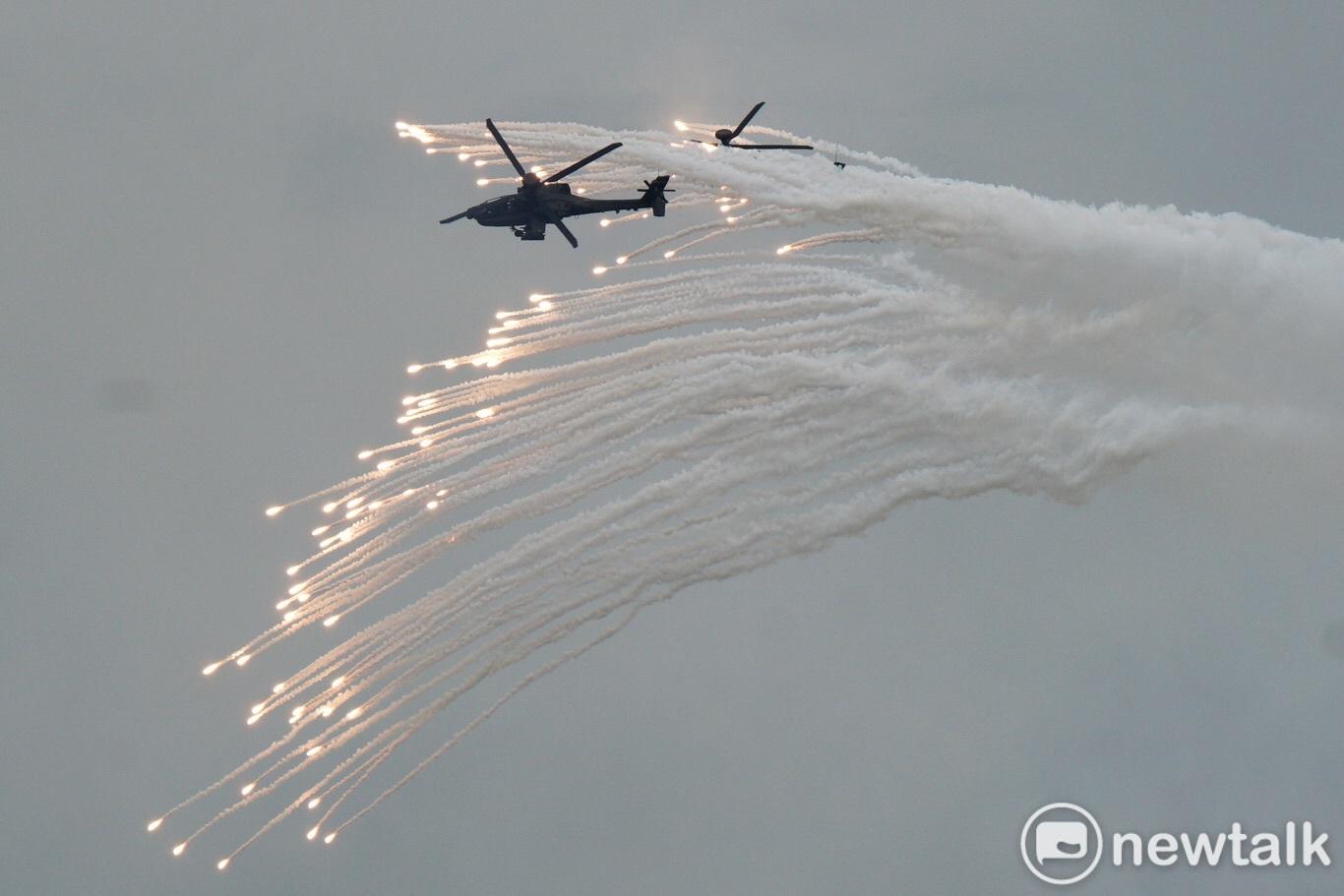 AH-64E阿帕契攻擊直昇機發射熱焰彈欺敵。 圖:張良一/攝