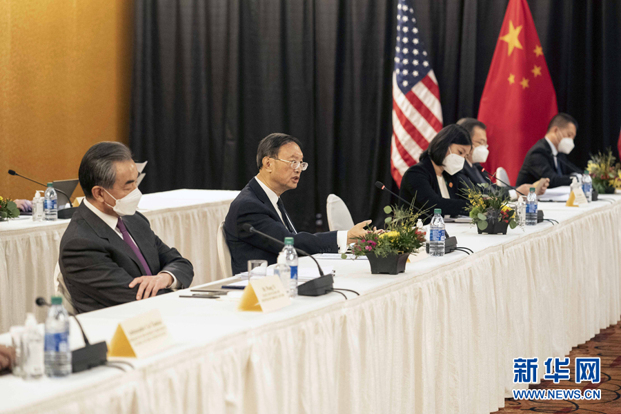 王毅(左一)與楊潔篪(左二)傳在中國官場明爭暗鬥,試圖取得對美外交事務的實權。 圖:新華社