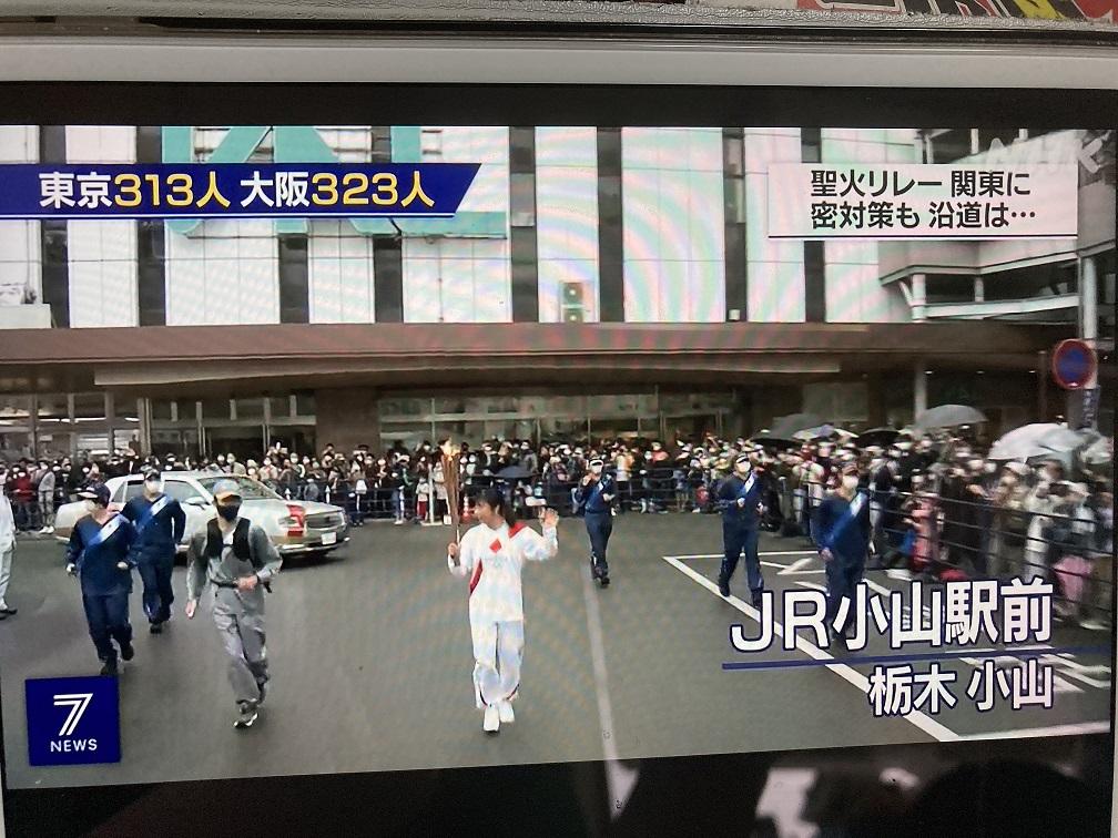 日本各地感染再度大爆發時還大搞聖火傳遞遊行,等於傳播病毒,犧牲公衛。 圖:翻攝自NHK新聞