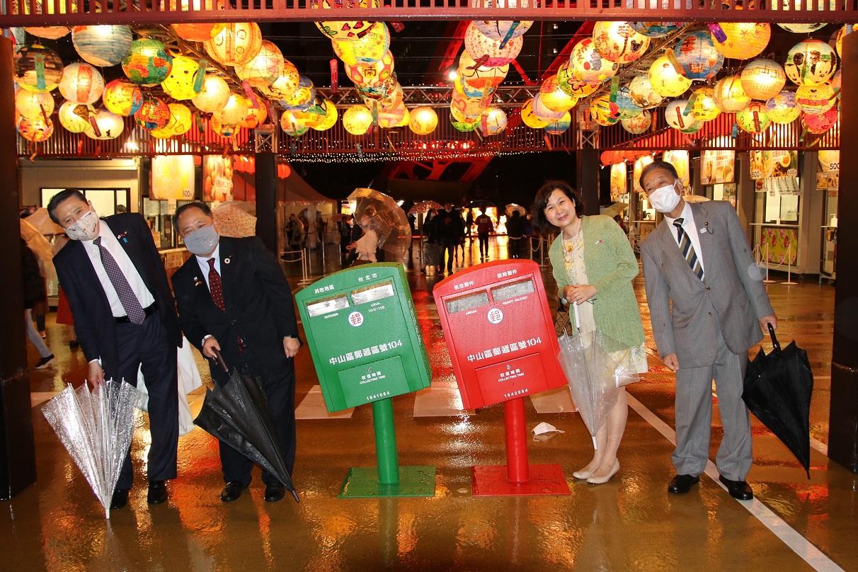 台北的歪腰郵筒與台南花燈營造台灣氣氛,讓日本人有到台灣偽旅行的感覺。 圖:橫濱辦事處提供