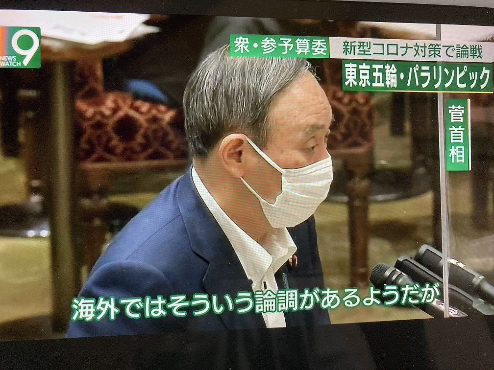 菅義偉表示他知道國際論調要求停辦東奧,但他堅持要辦,沒人知道他的安心安全如何確保。 圖:翻攝自NHK新聞