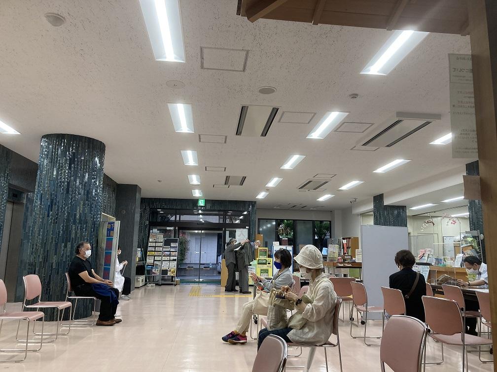 日本傳統疫苗打法是接種者在外面等後,輪到後再進去打,醫師也每次換手套等,非常緩慢,耗費醫療人力。圖為東京等待接種新冠疫苗者等待室。 圖:劉黎兒/攝