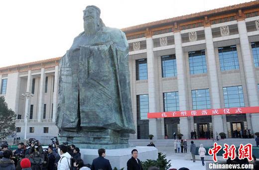 2011年9.5公尺高的孔子塑像被樹立在天安門東側廣場。 圖:翻攝中新網