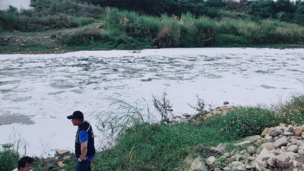 新北市環保局於去(107)年12月底接獲報案,反映三峽河柑城橋下有大量泡沫流出圖:新北市環保局/提供