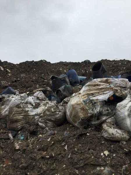 新北市環保局表示,業者為節省處理費用,未委託合格的清除處理機構,將廢液直接用拖板車運送至場址堆放,場區因沒有適當的防制設施,任由廢液桶傾倒外漏,遭棄置的廢液桶,現場散發惡臭圖:新北市環保局/提供