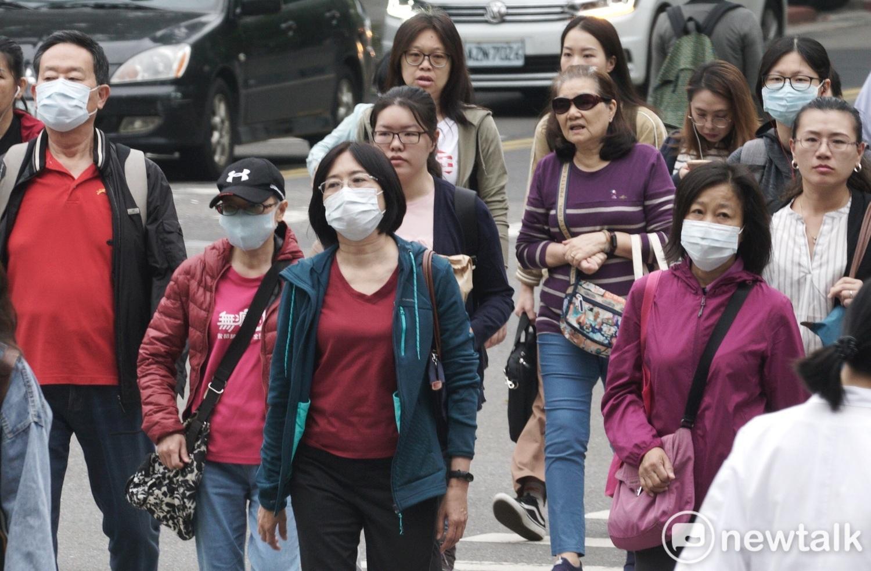 目前台灣徵收口罩並採取強制檢疫措施,衛福部每天召開記者會公佈武漢肺炎疫情與確診病例。(圖為戴口罩示意圖)圖:張良一/攝(資料照片)