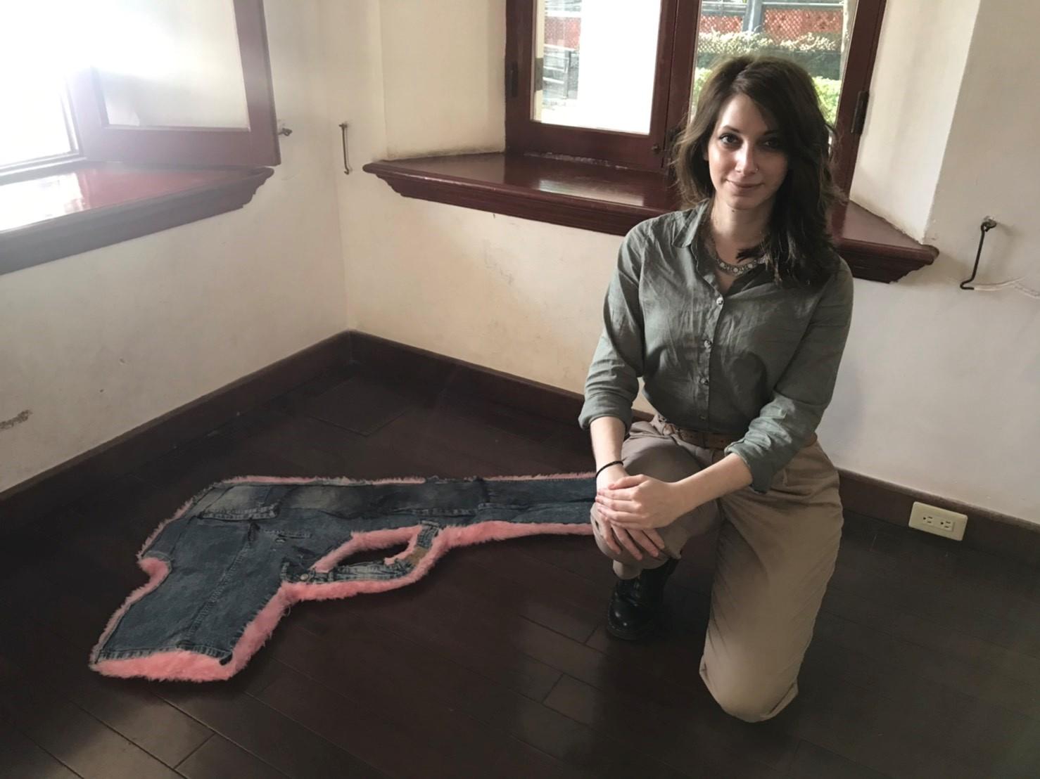 希臘藝術家Irene Pouliassi以槍枝和科孚島為題創作。圖:Irene Pouliassi/提供