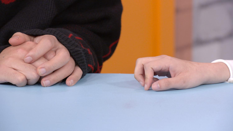 劇中,阿樂的手指(右)悄悄往阿達方向持續移動,舉動超曖昧。