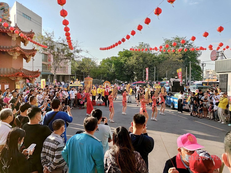 這是一群來自台南的陣頭演出,這群年經貌美的辣妹,跳著結合現代與傳統的舞步和穿著打扮,賣力跳了三支舞,贏得圍觀民眾給予熱烈掌聲。取自串樓口