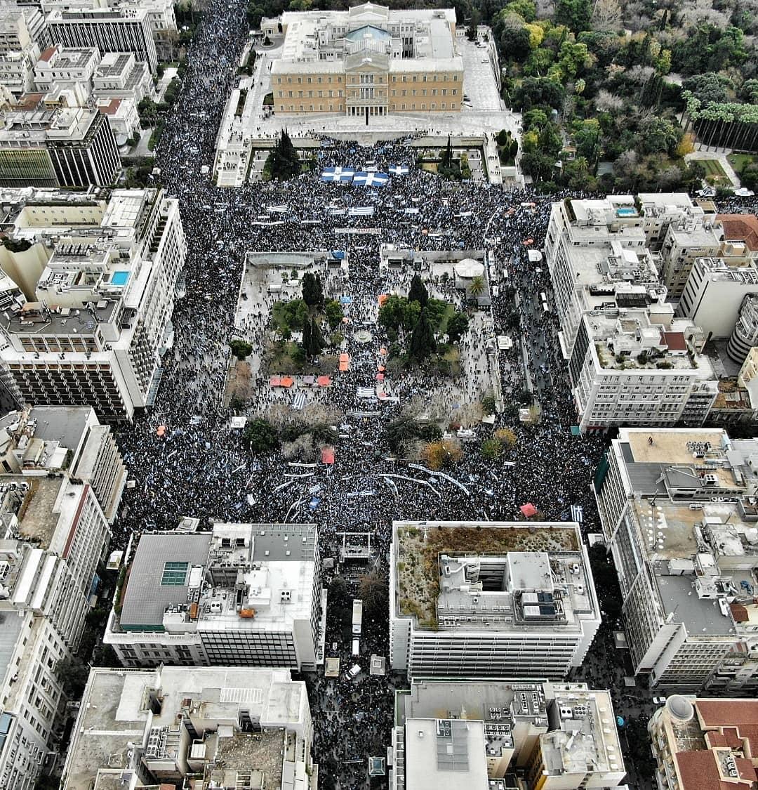 希臘6萬民眾上街抗議政府與馬其頓的更改國名協議,群眾將雅典街頭擠得水洩不通。圖:翻攝Captain推特