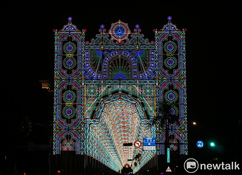 「台北Luminarie光之饗宴」的「Façade」是設置在仁愛路四段逸仙路口的大型建築物。圖:陳沛婍/攝