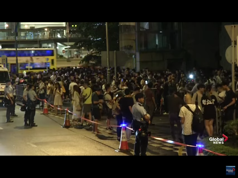 香港政府修訂《逃犯條例》引爆民怨,百萬市民湧上街頭抗議。該條例今(12)日二讀前夕,民陣呼籲市民今(12)日包圍立法會,迫使政府撤回草案,並發動下周一大罷課、罷工、罷市,直至周四表決。圖:翻攝自Youtube
