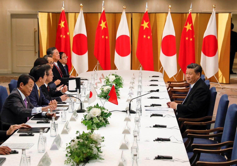 G20峰會期間,日本首相安倍晉三與中國領導人習近平展開安習會,但當日本官員全員列席就位時,中國方卻只有習近平「一人當關」。圖:路透社/達志影像