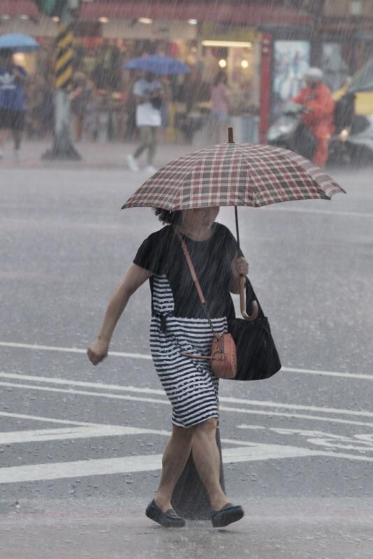 今(20)日各地出現短時強降雨的機率仍高,尤其中南部的地區,要慎防劇烈天氣的影響圖:張良一/攝
