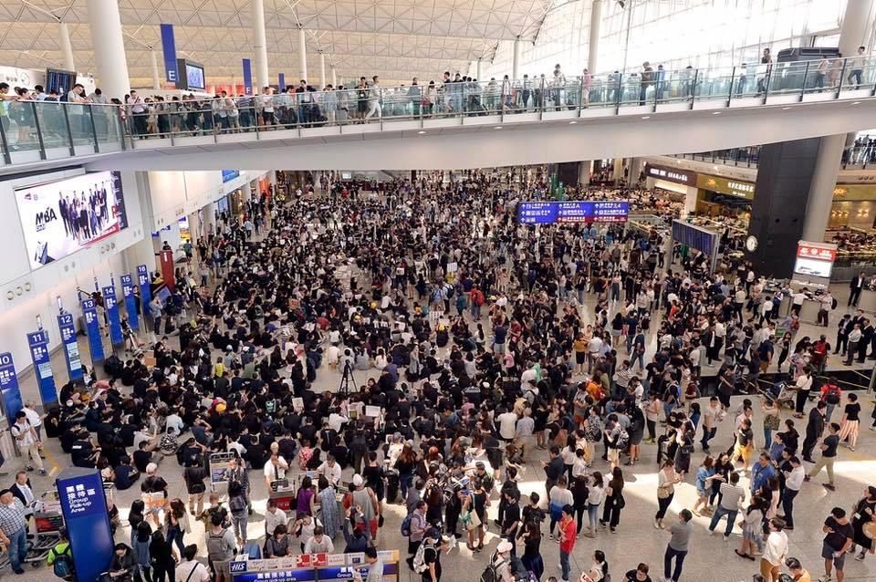 香港反送中民眾日前在機場的抗議行動情況。圖:翻攝自謝金河臉書
