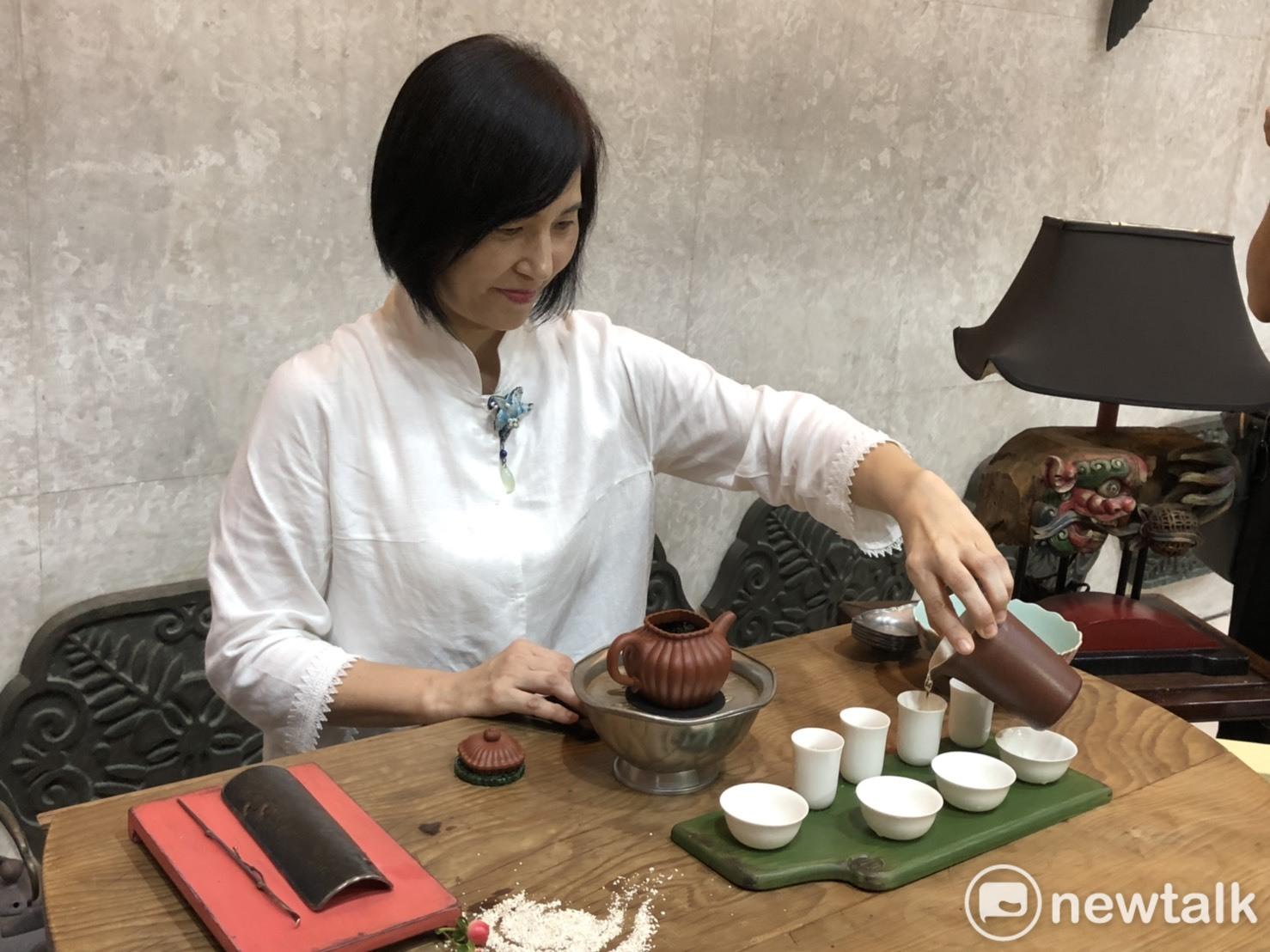 在中華茶藝獎全國茶藝比賽記者會中,由江昭慧老師示範雙杯品茗泡茶方式。圖:黃博郎/攝