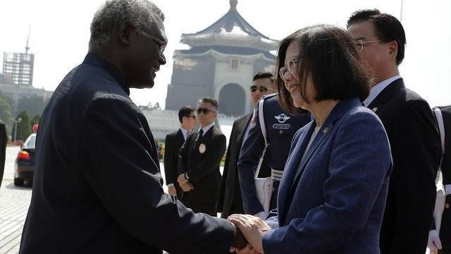 美國務院17日表示,對於北京不斷壓縮台灣的國際空間「深感失望」。圖為2018年蔡英文總統接見索羅門群島總理蘇嘉瓦瑞伉儷訪華團。圖:總統府提供(資料照片)