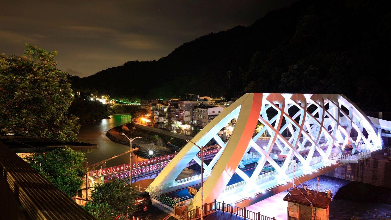 新覽勝大橋多了玻璃觀景平台和光雕設計,不分日夜都適合拍照。圖:新北市政府/提供