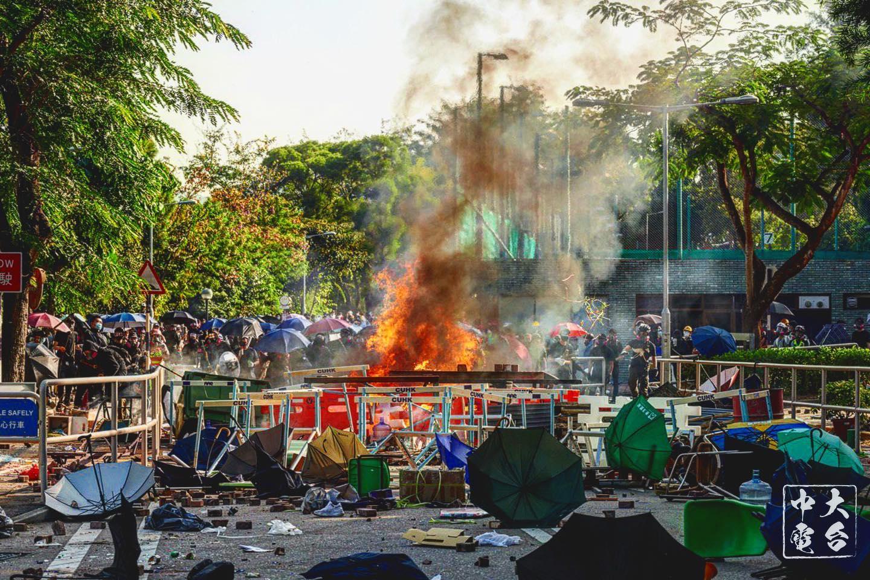 港警方攻進香港理工大學、香港中文大學等校內施放催淚彈。圖 : 翻攝自中大學生電台