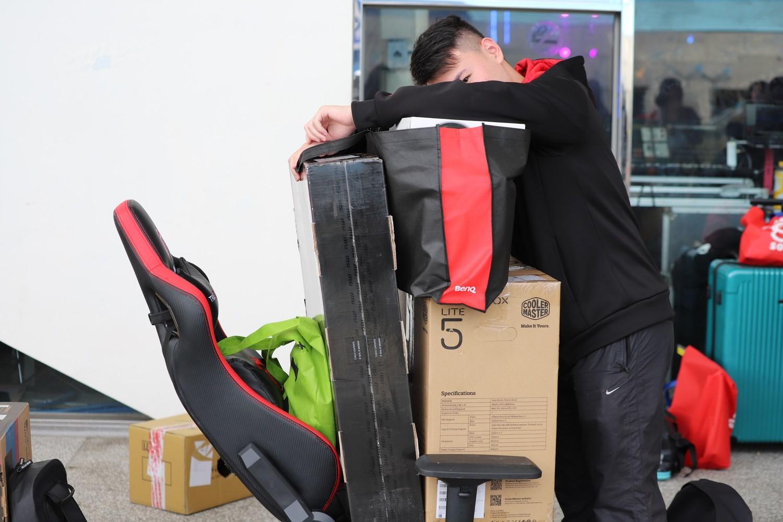 BYOC玩家早早就開始排隊準備入場,將電競椅當做推車使用,更笑稱這是「客家推車」圖:蔡幸秀/攝